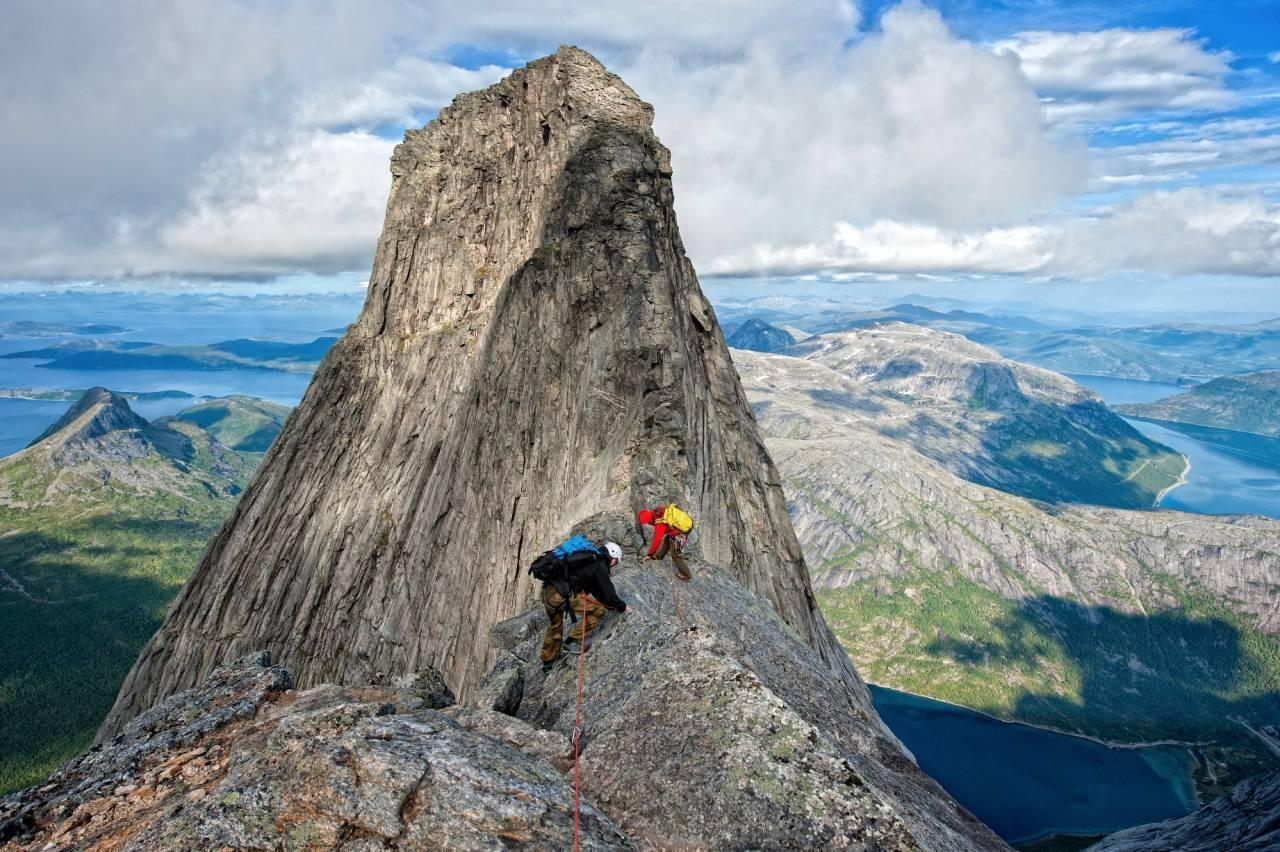 SUG I MAGEN: Skal du opp på Stetind er det ingen andre måter enn å bruke tau, og holde sommerfuglene i sjakk. Foto: Rune Dahl