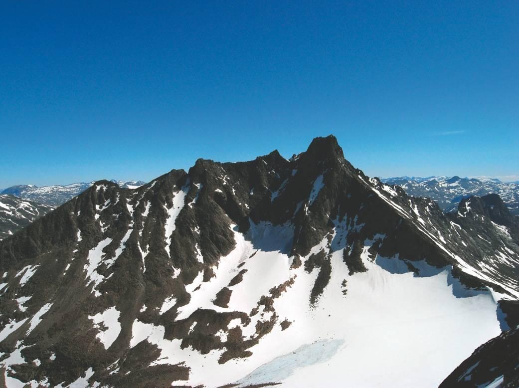 KLASSIKER: Skagastølsryggen, med 2405 meter høye Store Skagastølstind til høyre, sett fra Dyrhaugsryggen lenger vest. Traversen over Skagastølsryggen gås vanligvis fra nord og sørover mot hovedtoppen. Foto: Nils Nielsen