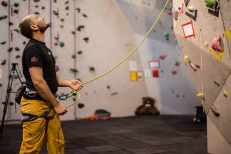 SIKRE PÅ LED: I motsetning til topptauklatring, begynner du med tauet på bakken når du sikrer på led. Foto: Christian Nerdrum