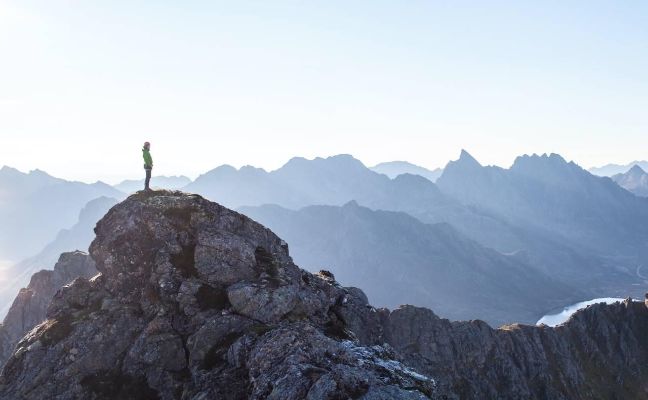 HØYREIST: Du blir liten i møte med fjellene i Vesterålen. Fra toppen av Reka er det god utsikt til andre godbiter her i Vesterålen.