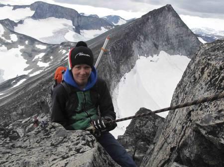 Torgeir Sulheim på rappellen på Tverråryggen. Foto: Josef Nystrøm