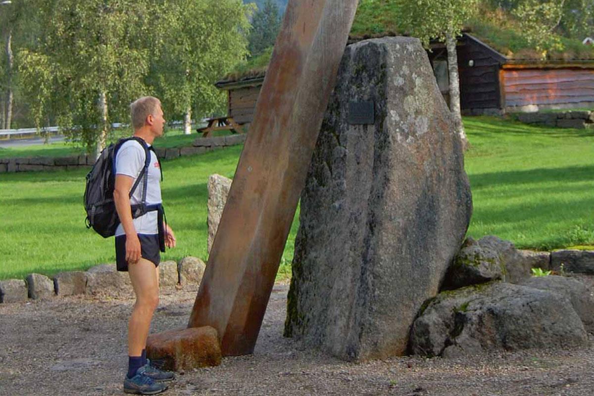 Snartemosverdet ble funnet i en intakt vikinggrav i 1933 og er et av de flotteste vikingsverdene som er funnet. I Snartemo er det reist et stort monument av sverdet. Foto: Torolf Kroglund