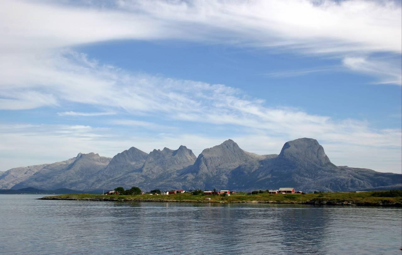 PÅ REKKE OG RAD: De syv søstre ligger sentralt plassert på Helgeland. Fjellformasjonen blenavngitt av dikterpresten Petter Dass. Foto: Visit Helgeland