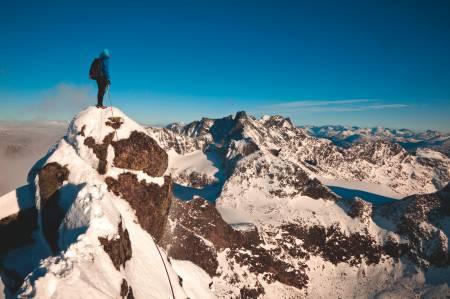 TOPP HØST: Helt vest i Jotunheimen troner de ville toppene, og er et populært fjellområde for alt fra fjellklatrere til skientusiaster. Senhøsten byr på fine muligheter for turer med stegjern og isøks. Foto: Morten Helgesen