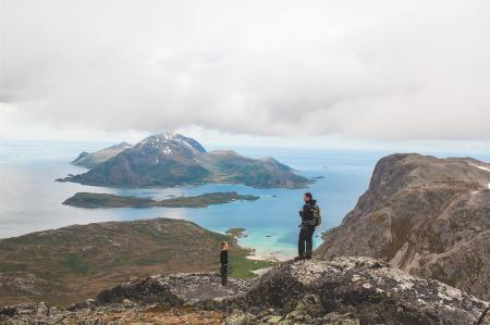 Hav og fjell: Når utsikten tar deg med langt ut på havet, og det er topper og muligheter på alle kanter, går høydemetrene lekende lett. Foto: Marte Stensland Jørgensen