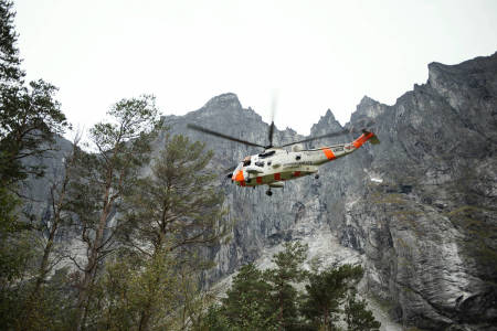 Romsdalen trollveggen redning helikopter