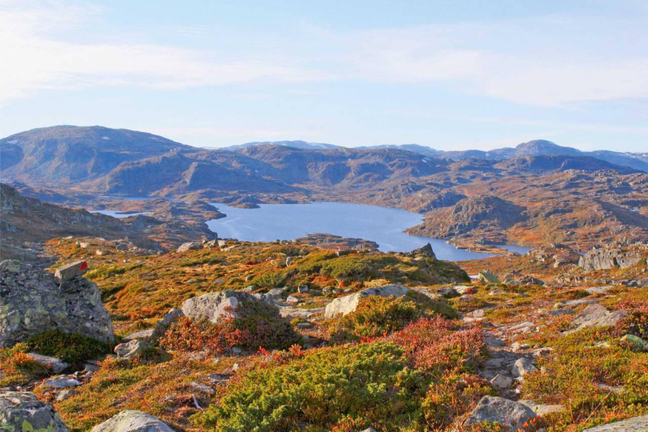Fin utsikt utover fjellheimen med Sloarosvatnet i syningom. Foto: Charlotte Beckmann Østeby