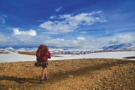 KORTBUKSETID: Sigrid Johansen på tur fra Landmannalaugar til Thorsmork. Fortsatt mye snø i høyden, og hele dagen gikk på snø. Etter 20 dager på tur fikk vi endelig dratt frem kortbuksen fra bunnen av sekken. Foto: Sveinung Mosnes