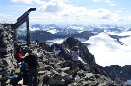BELØNNING: Uansett hvordan du kommer deg til toppen, står hytta klar og venter på deg.