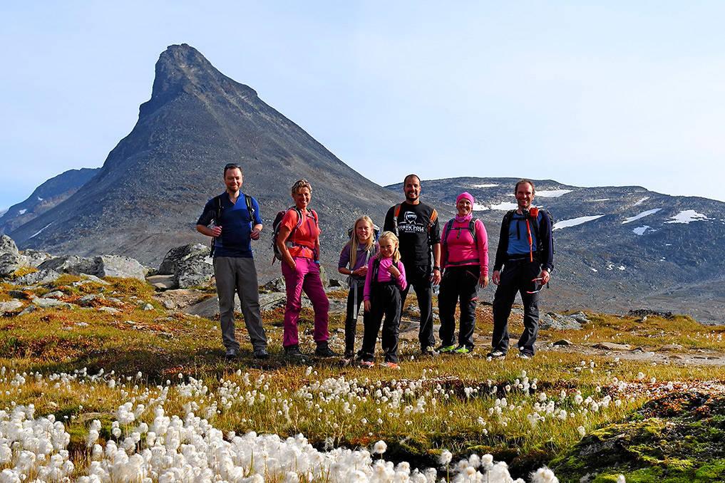 KYRKJA: En fornøyd gjeng etter dagens tur til Kyrkja i bakgrunnen. Foto: Otto Teksum Lund