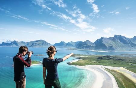Ytresandheia i Flakstad er en enkel tur, men en slående utsikt hele veien opp mot toppen. Foto: Jon Olav Larsen