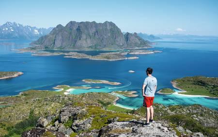 FJELLTUR I LOFOTEN: På Skrova er det så kort vei fra fjellet til havet, at du tar på deg badeshortsen straks du får øye på stranda fra toppen. Foto: Jon Olav Larsen