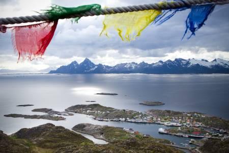 FARGERIK MOTTAKELSE: Tibetanske bønneflagg vaier i vinden og ønsker deg velkommen til topps på Høgskrova.Foto: Kristin Folsland Olsen