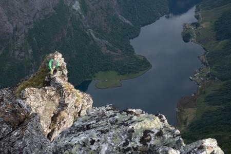 PÅ KANTEN: Stian Aadland har funnet seg en grei utsikt over Nærøyfjorden.