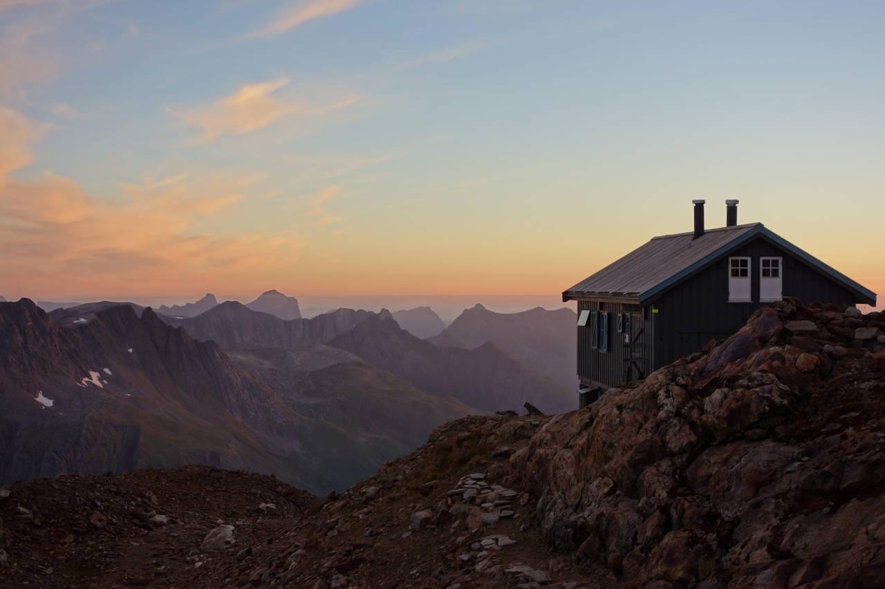 MORGENDIS: Hytta Tåkeheimen ved Svartisen er en av mange perler du kan overnatte på i fjellet. Foto: Torbjørn Bjelland / DNT