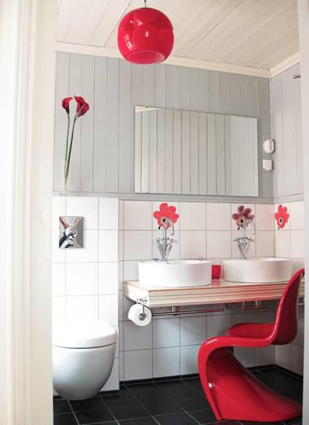 HAR DET PÅ BADET: 1960-rommet på Villa Norangdal bærer preg av at dette var tiåret da plasten gjorde sitt inntog i møbelindustrien. S-stolen til Verner Panton er en designklassiker fra 1960. Foto: Camilla Puntervold Kolderup