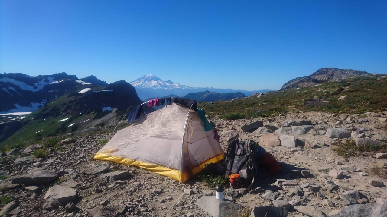 Jeg forelsket meg i teltet mitt, mitt lille hjem hvor alt har sin faste plass og er det stedet jeg kunne finne hvile og varme for sliten kropp. Foto: Anette L´Orsa