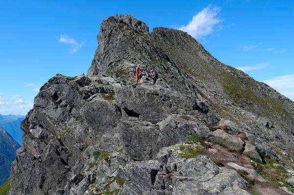 Spennende klyving for store og små over Romsdalseggen. Foto: Otto Teksum Lund.