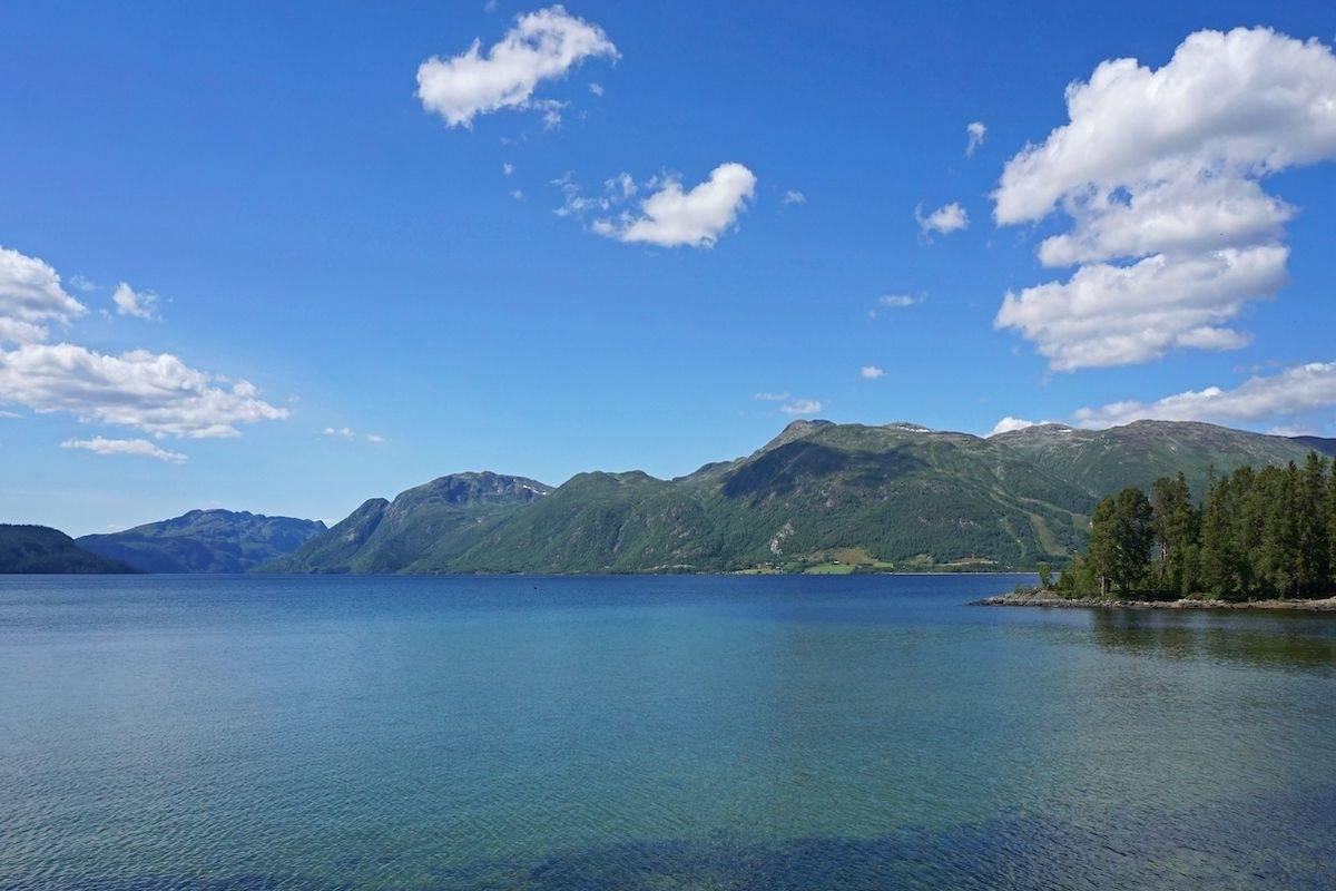 Fra stien får vi fin utsikt over Totak og Raulandsfjell. (Foto: Erlend Larsen).
