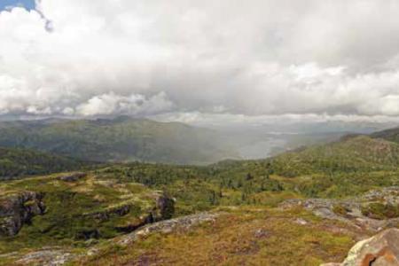 Utsikt mot Fossanfjellet, Lognvikvatn og Raulandsfjell. (Foto: Erlend Larsen)