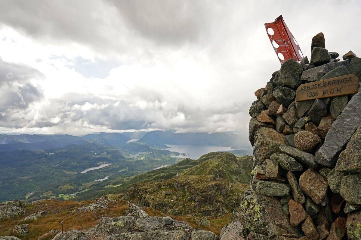 Utsikten fra Vehuskjerringi er fenomenal. Foto: Erlend Larsen