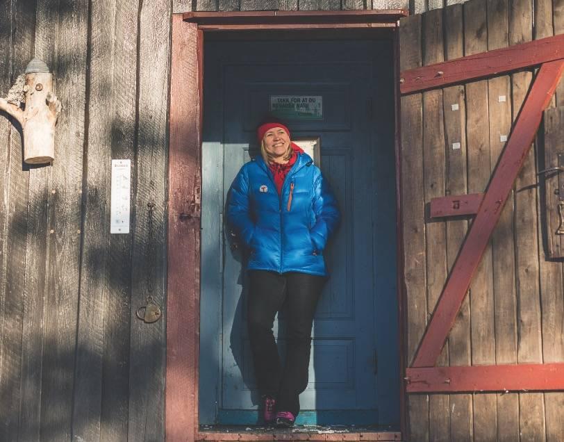 TID FOR T: Anne-Mari Planke møter oss ved Hovin-koia, som i jubileumsåret representerer hyttetradisjonen til DNT. Foto: Line Hårklau