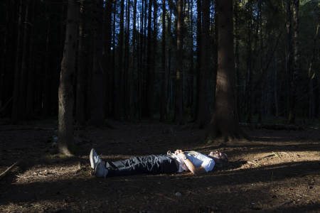 STILLE STUND: Familie- og arbeidshverdagen til Erling Kagge er ikke ulik mange andres. Men på et punkt skiller han seg ut. Hver kveld hypnotiserer han seg selv. – Slik ligger jeg, forklarer han. Foto: Line Hårklau
