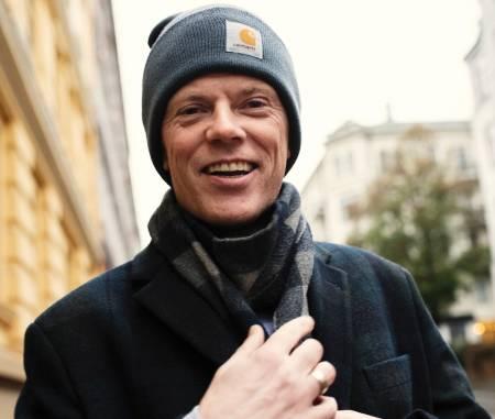 ARE I BYEN: Are Kalvø har forsøkt å bli glad i friluftsliv. Resultatet vart «Hyttebok frå helvete». Her smiler han – fordi han er i Oslo sentrum. Foto: Anki Grøthe