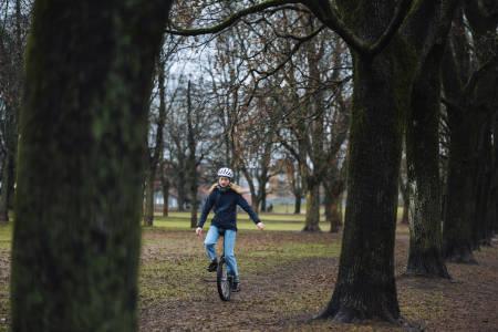 HEDDAS TUR –: Det begynte med at jeg syklet enhjulssykkel fordi det var gøy å mestre det, forteller Hedda Kavring Gjone. Nylig ble hun kåret til Årets Rookie for sykkelturen hun gjorde fra Hirtshals til Paris. Foto: Mikkel Bølstad