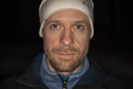 NY DRIV: Den svenske skiguiden Carl Lundberg har blitt bedre på å takle det være han får. Mange av gjestene hans vil til Norge, men han vil ikke fly dem dit, og velger tog eller bil som transportmiddel. Foto: Matti Bernitz Pedersen