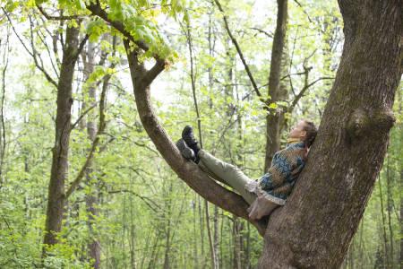 TREKLEMMERNE: Trær setter en umiddelbar stemning for mennesker. Silje Michaela Kvalheim er skogsterapeut i japansk tradisjon. Hun klemmer ikke trær på jobb, kun privat. Foto: Ellen Jarli