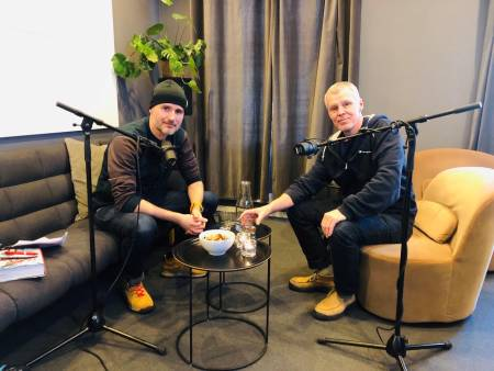 UTESTEMMER: Programleder Eivind Eidslott med gjest Ture Bjørgen i studio, som i høst utga boka På død og liv. Foto: DNT