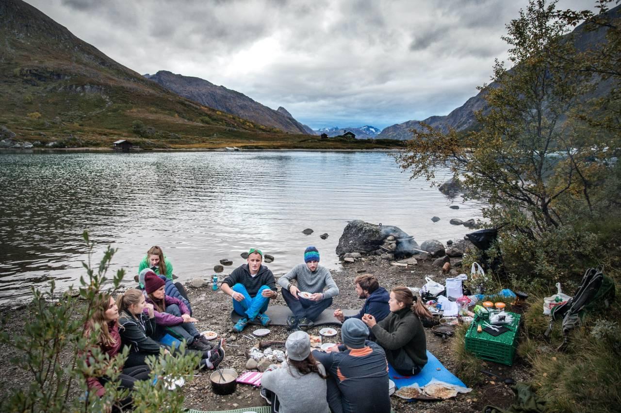FJELL OG FILM: En av mange populære festivaler finner du på Gjendesheim i Jotunheimen. Foto: Øyvind Nordahl Næss/Fjellfilmfestivalen