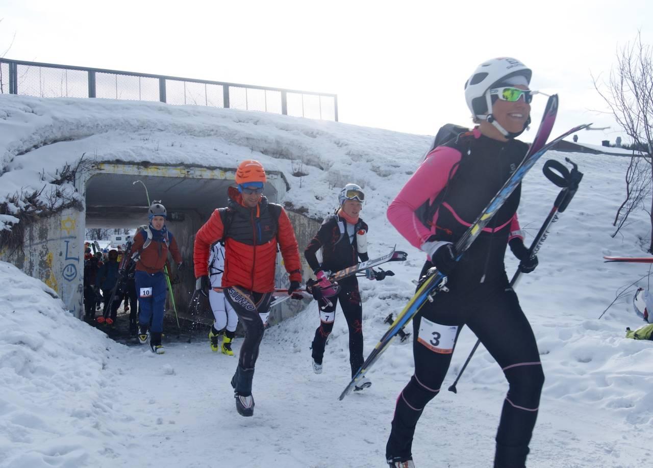 LITT ALVOR, MEST LEK: Deltakerne klare for noen harde timer opp og ned fjellsidene i Lyngen. Fremst ser vi Emelie Forsberg og Killian Jornet. Foto: Gunhild Aaslie Soldal