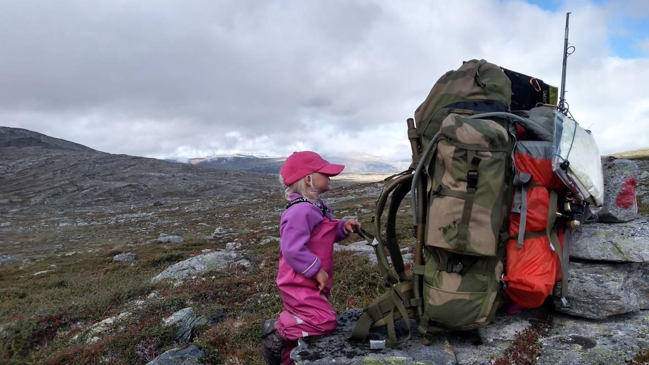 FJELLFERIE: I slutten av juni pakker Mina og pappa Alexander sekken for å tilbringe tre uker i Sunnmørsalpene. Foto: Alexander Read