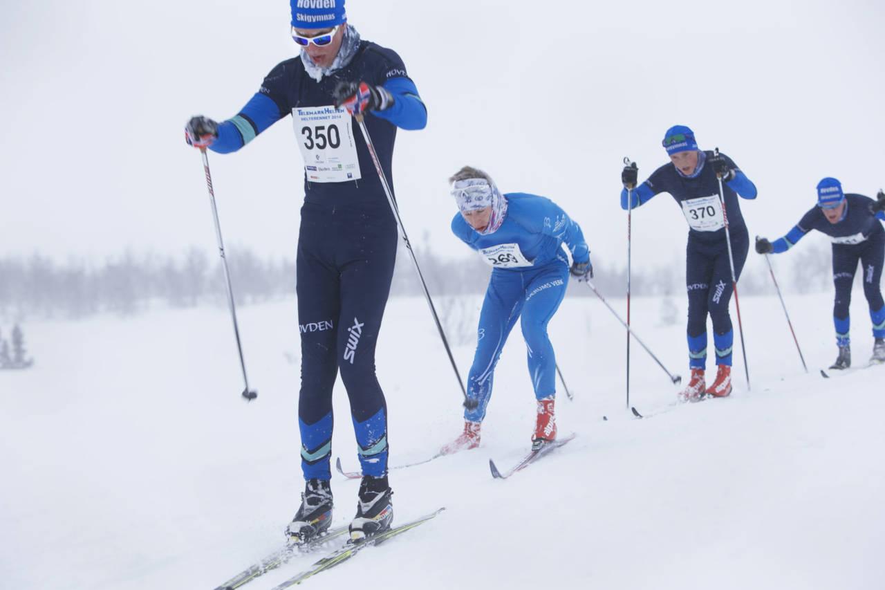 Ut av snøfokken over fjellet kom en tetgruppe på fem. I tredjeposisjon ligger Gaute Kvåle, som vant spurten og Helterennet 2014. Alle foto: Håvard Solerød