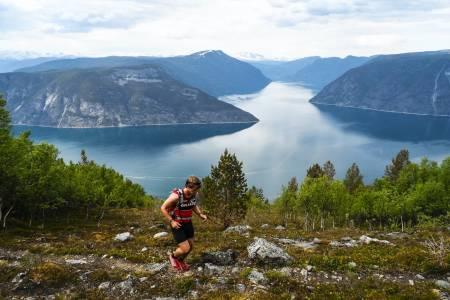 LITE NEDBØR: På vei opp mot Bermålsnosi med Lustrafjorden bak. Foto: Sondre Kvambekk
