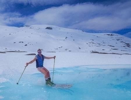 EKSOTISK: Norge på sitt beste! Snø, sol og muligheten til å kjører på ski i bare underbuksa! Bildet er av Hans Olav Naess. Blinkskuddet er knipset av Ingar Rognås. Foto: @ingarogn