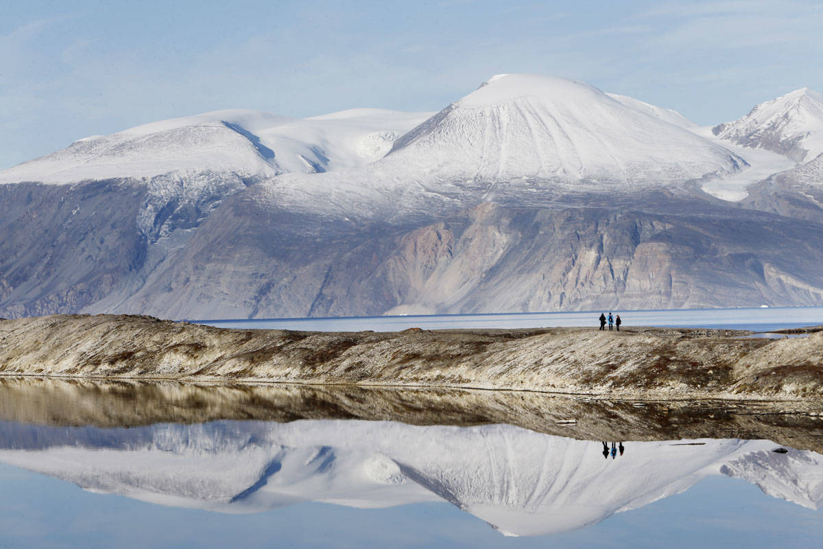DEN LILLE MANN: På Ella Ø føler du deg bitte liten på en god måte. De majestetiske fjellene er berømt for de synlige sporene fra istiden 700 millioner (!) år siden. Foto: Paal Audestad