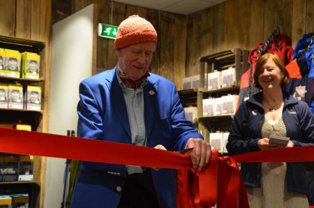 Olav Thon åpner Dnt Oslos turinformasjonen. Foto: Ida Eri Sørbye