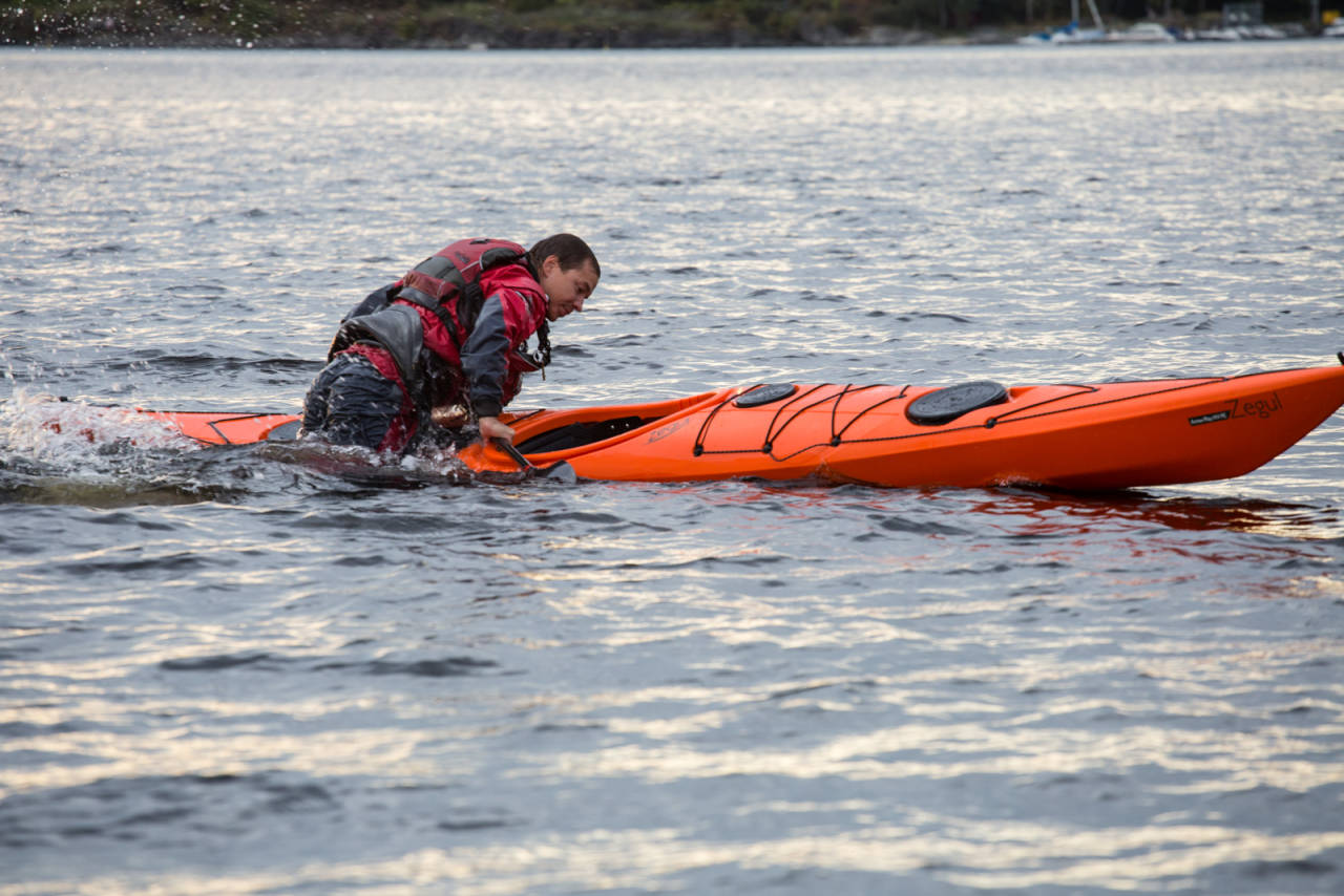 REDD DEG SELV: Du er ikke avhengig av å måtte kunne rulla eller bli reddet av en annen. Lær deg teknikken å snu båten på egenhånd. Bilde: Christian Nerdrum