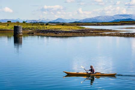 HIMMELSK: Klart vann, vakre omgivelser og fine steder å gå i land gjør Helgelandskysten til en perle for kajakkpadlere. Foto: Matti Bernitz