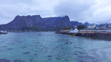 REINE: Værhardt ut mot havet ligger Reine med sine fiskevær og fantastiske padlemuligheter.