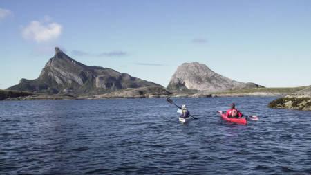 UTSIKT FRA BÅTEN: Mange reiser til Tonnes og Helgeland for å padle med Hestmannen i horisonten.