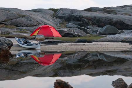PADLETUR I PÅSKEN:  På denne lille stranden på Sandøya i Mandal tilbrakte jeg natten lengst syd i kongeriket. Dette er nemlig den sydligste sandstranden med teltplass i Norge. Foto: Lars Verket