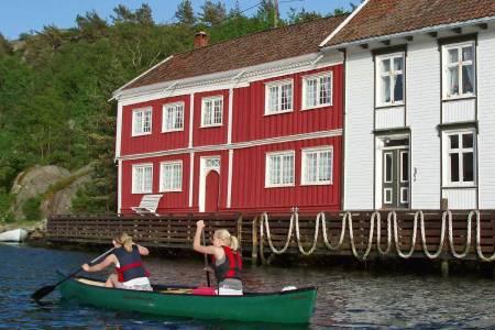 Karakteristiske bygg står i vannkanten når du padler gjennom Ny-Hellesund. Det var her begrepet «Sørlandet» ble til. Og far til navnet var Vilhelm Krag. Foto: Per Thomas Skaanes