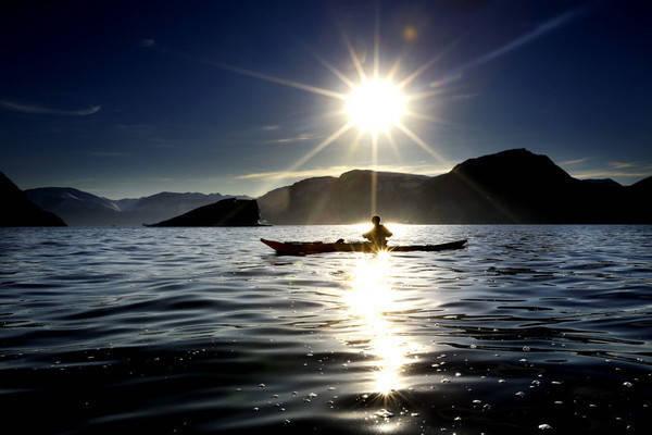 STILLE, STILLE: Ingen motordur, bare lyden av årene som treffer vannet. Å padle på et av verdens mest øde steder er godt for sjelen. Det nærmeste fjellet er av is. Foto: Paal Audestad