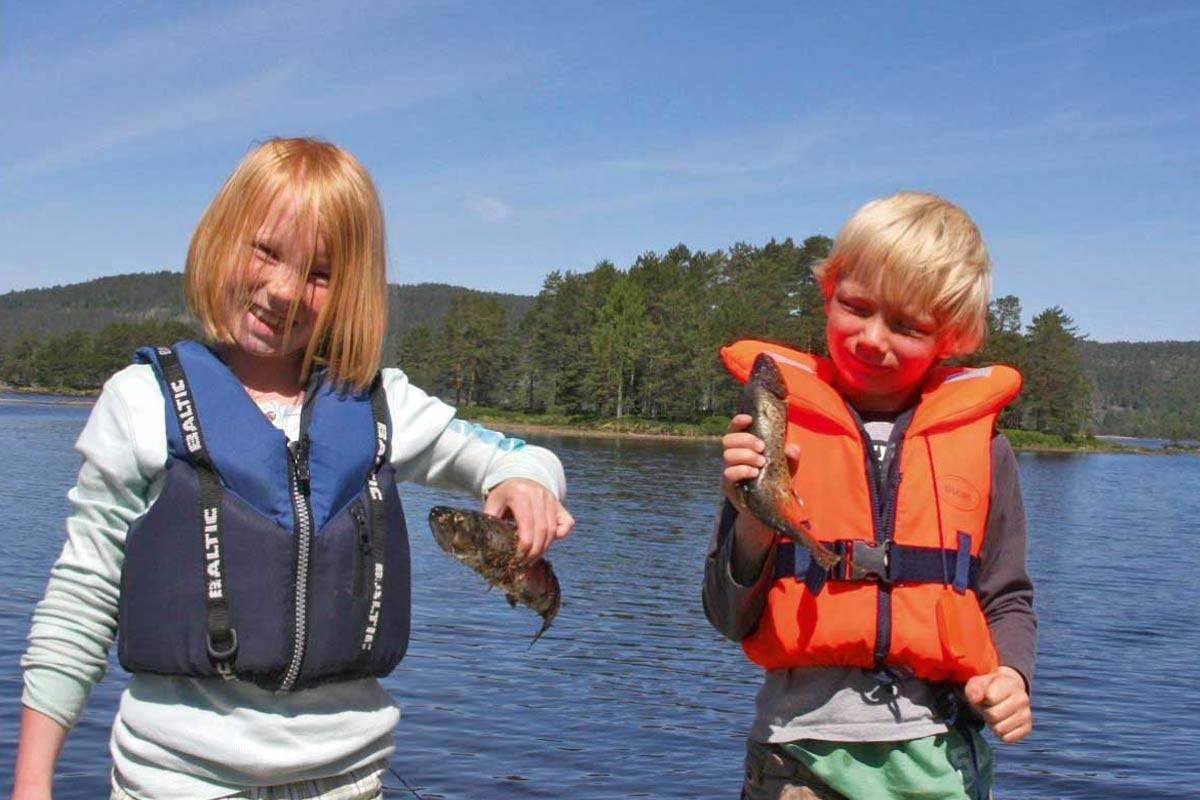 Ut på det store vannet Vegår er det fisk å få, for store og små fiskere. Foto: Olav Aas