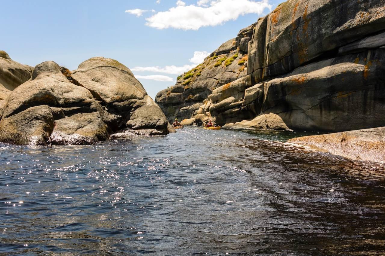 FOR FINE DAGER: Stauper består av holmer og små glattskurte svaberg midt i Tønsbergfjorden, mellom Tjøme og Østerøya. Foto: Trond Glesaasen