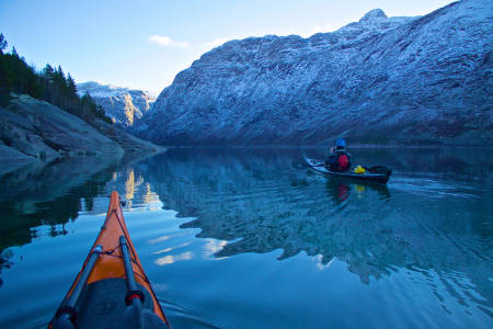 Blikkstille: Vindstille dager og null trafikk på vannet på vei utover Ringedalsvannet nedenfor Trolltunga en vinterdag. Foto: Kristoffer Vandbakk